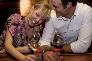 Aus einem Flirt im Netz, kann schnell ein Date außerhalb des PCs werden. Dies sollte am besten an einem Ort stattfinden, wo man sich gut unterhalten kann.